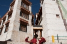 Monniken voor het klooster van Likir