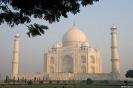 Agra, Doorkijkje naar de Taj Mahal in het ochtendlicht