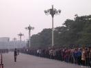 Beijing - Drukte op het Tianmen plein voor het mausoleum van Mao