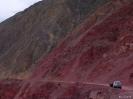 Zhongdian naar Lhasa - Rode rotsen in de buurt van Yanjing